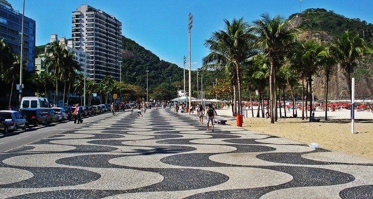 Rio de Janeiro, calçada portuguesa na orla de Copacabana